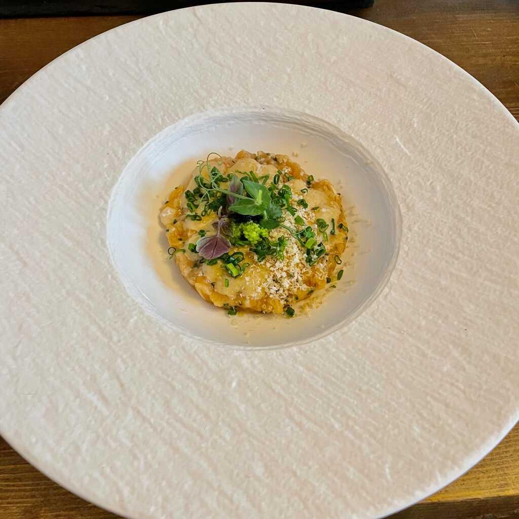 Lachstatar- Ponzu-Mayonnaise - Fliegenfischkaviar - Schnittlauch - Haselnuss