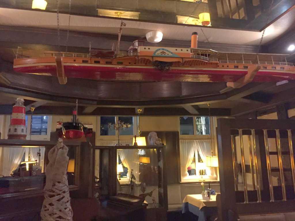 Modellschiff unter der Decke