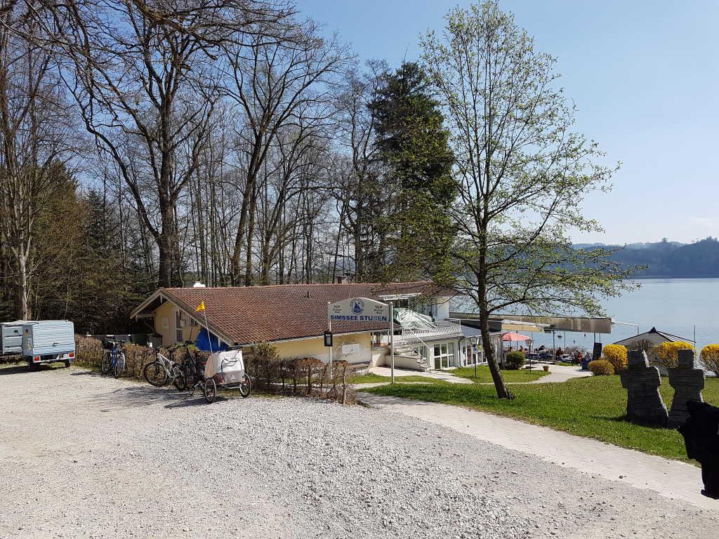 Das Restaurant liegt direkt am See