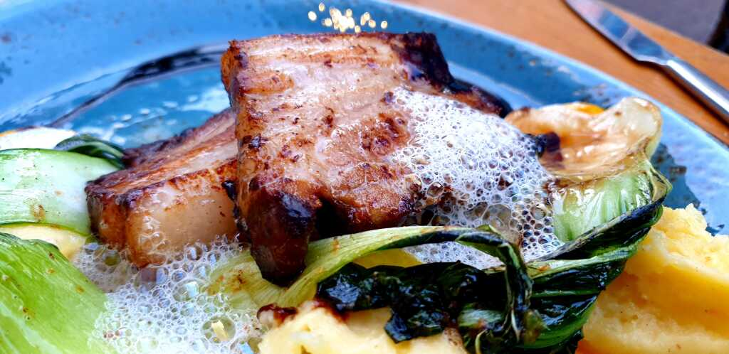 Schweinebauch mit Weißweinschaum