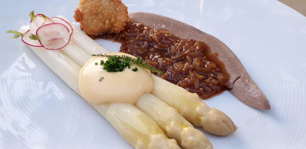 Zunge und Bries vom Milchkalb, weißer Stangenspargel, Kartoffelvinaigrette,