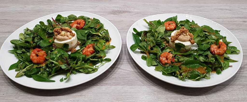 Törtchen von Blumenkohl und Couscous, marinierte Garnelen, Salate