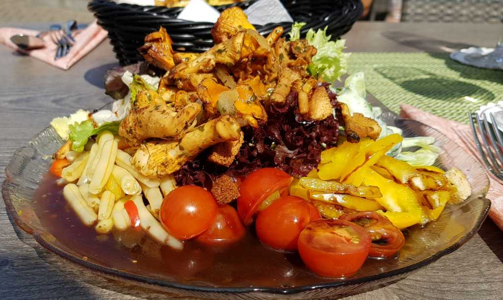 Großer Marktsalat mit frischen Pfifferlingen
