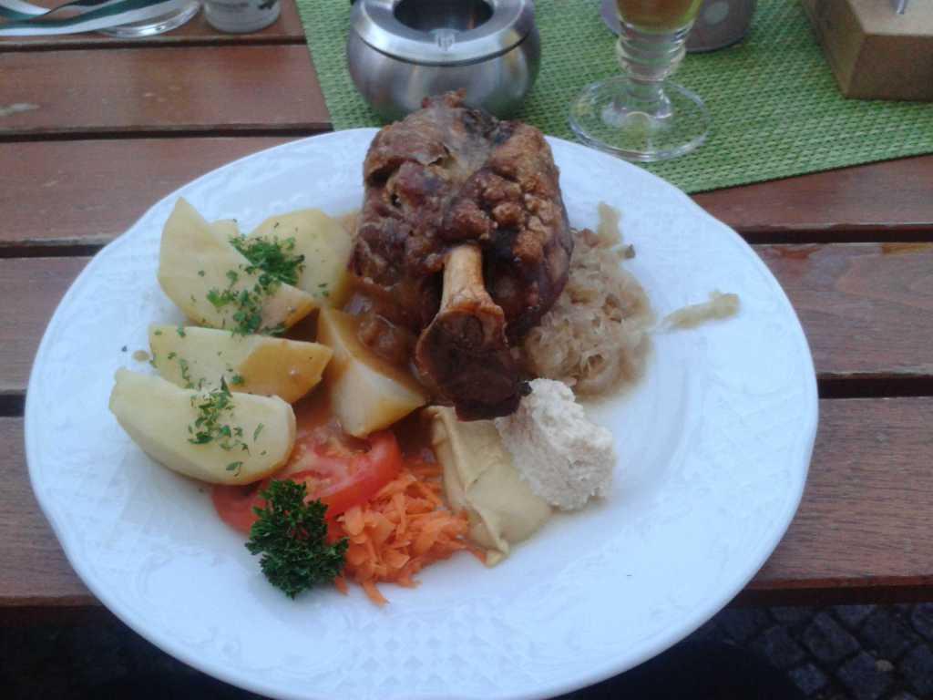 Schweinshaxe mit Kartoffeln, Sauerkraut, Spreewälder Meerrettich und Bautzner Senf