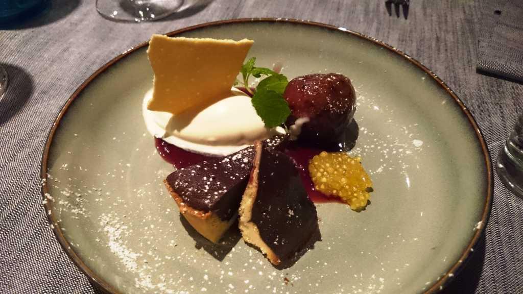 Schokoladentarte mit gratinierter Feige und Lavendeleis