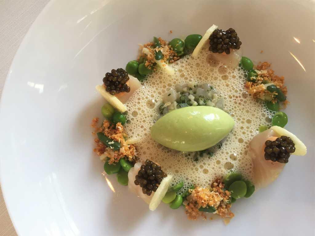 Gebeizte schottische Jakobsmuschel mit Imperial Auslese Kaviar, Erbsen, Apfel-Olivenölemulsion und Eis von Küstengewächsen