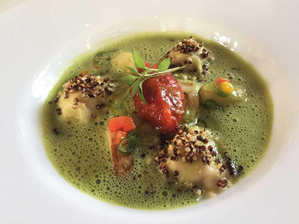 Artischockenravioli in Frühlingslauchsud mit Paprikachutney und gerösteter Quinoa