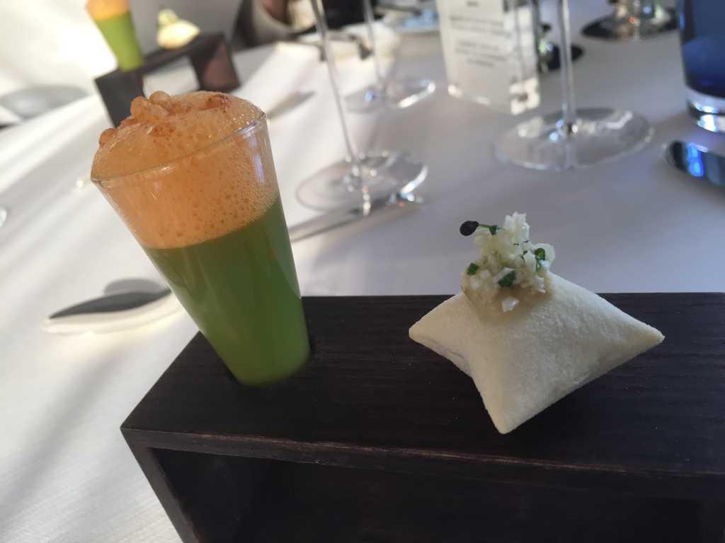 Apéros: Süppchen vom grünen Spargel mit Paprika-Apfelwein-Schaum / Pizzakissen gefüllt mit gerösteter Blumenkohlcreme und Salzzitrone