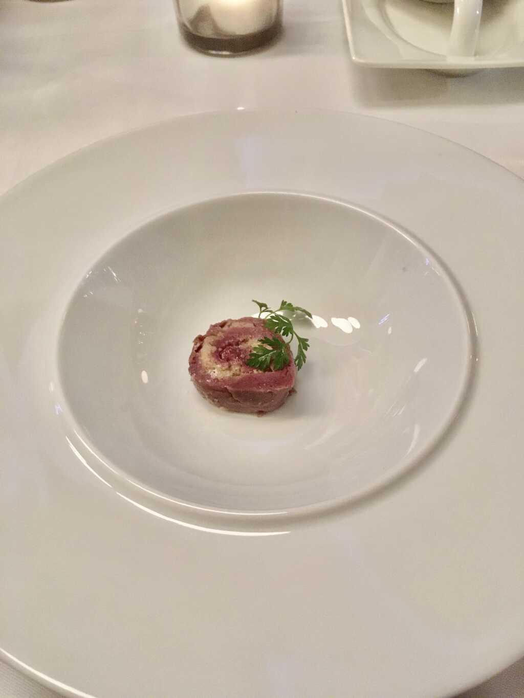Hirschrücken-Ballotine vor dem Angießen der Suppe