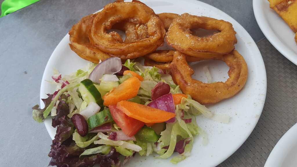 """Onion Bhaji"""" – Zwiebelringe mariniert mit Kichererbsenmehl und frittiert"""