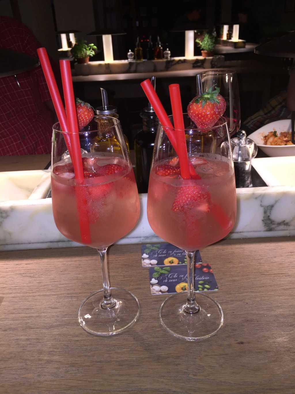Rhabarber-Erdbeer-Spritzer mit Prosecco