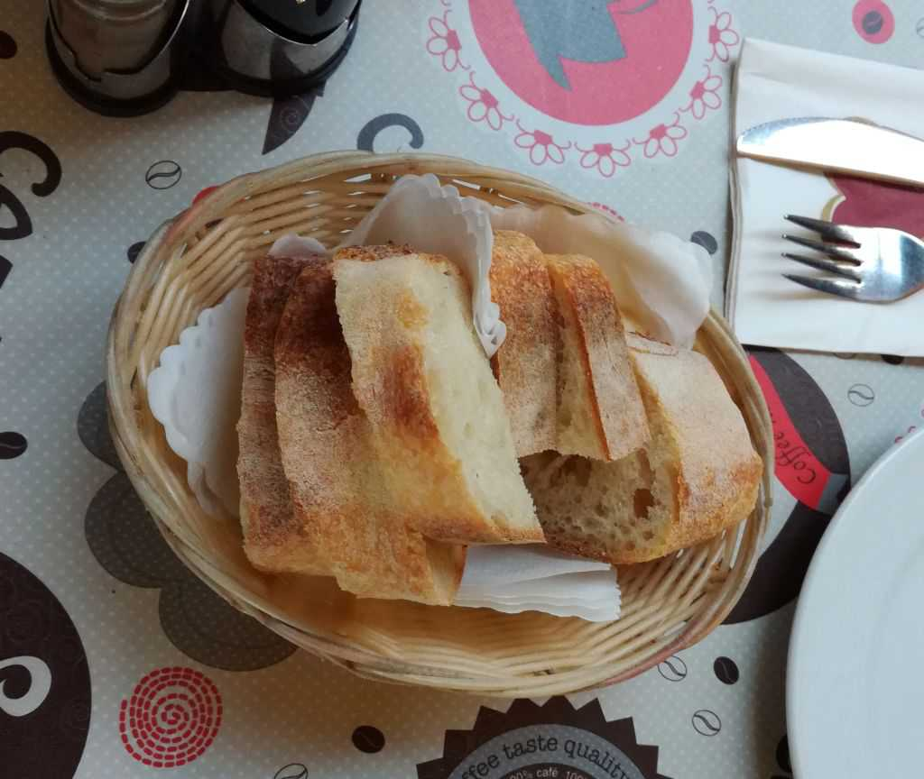 selbst gebackenes Brot zum Salat