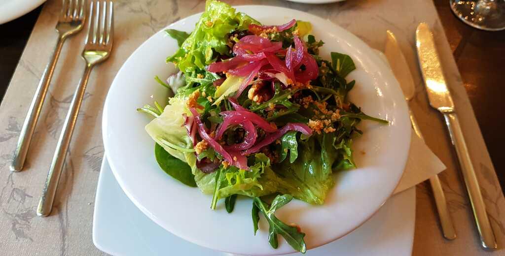 Blattsalat mit Apfel-Dressing, gerösteten Nüssen, grüner Spargel