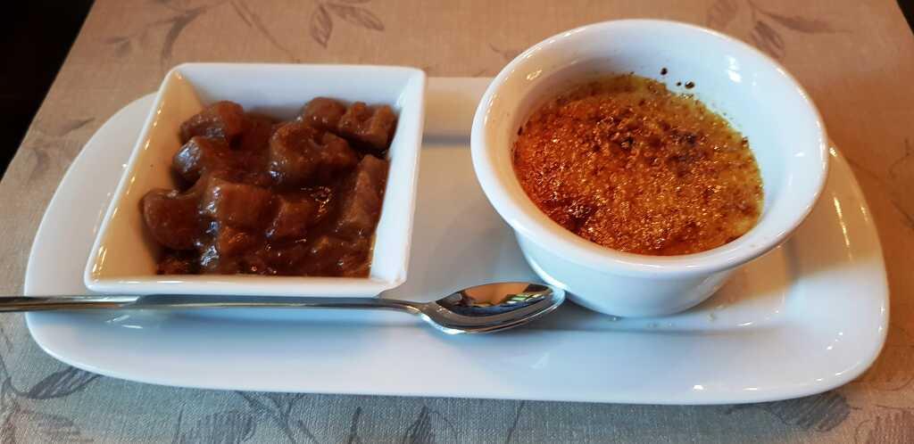 Crème brûlée von der Tonkabohne mit Rhabarber
