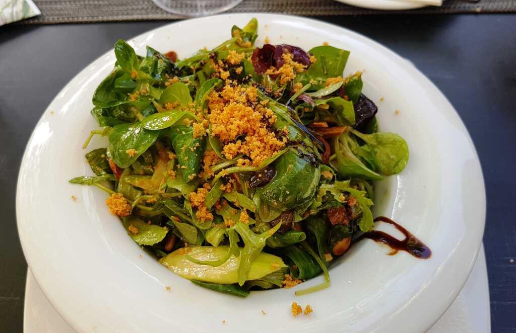 Blattsalat mit Apfel-Dressing, gerösteten Nüssen, grüner Spargel, Parmesankrokant