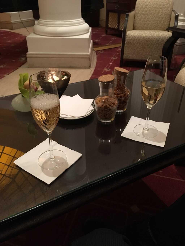 Aperitivs: Champagner und Prisecco mit Apfel, Senfsaat und Kräutern.