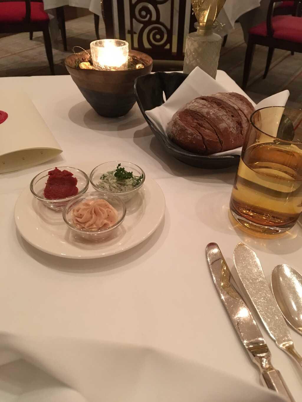 Roggenbrot mit Tomatenmarmelade, Butter mit Purple Curry und Kerbel-Kräutercreme.