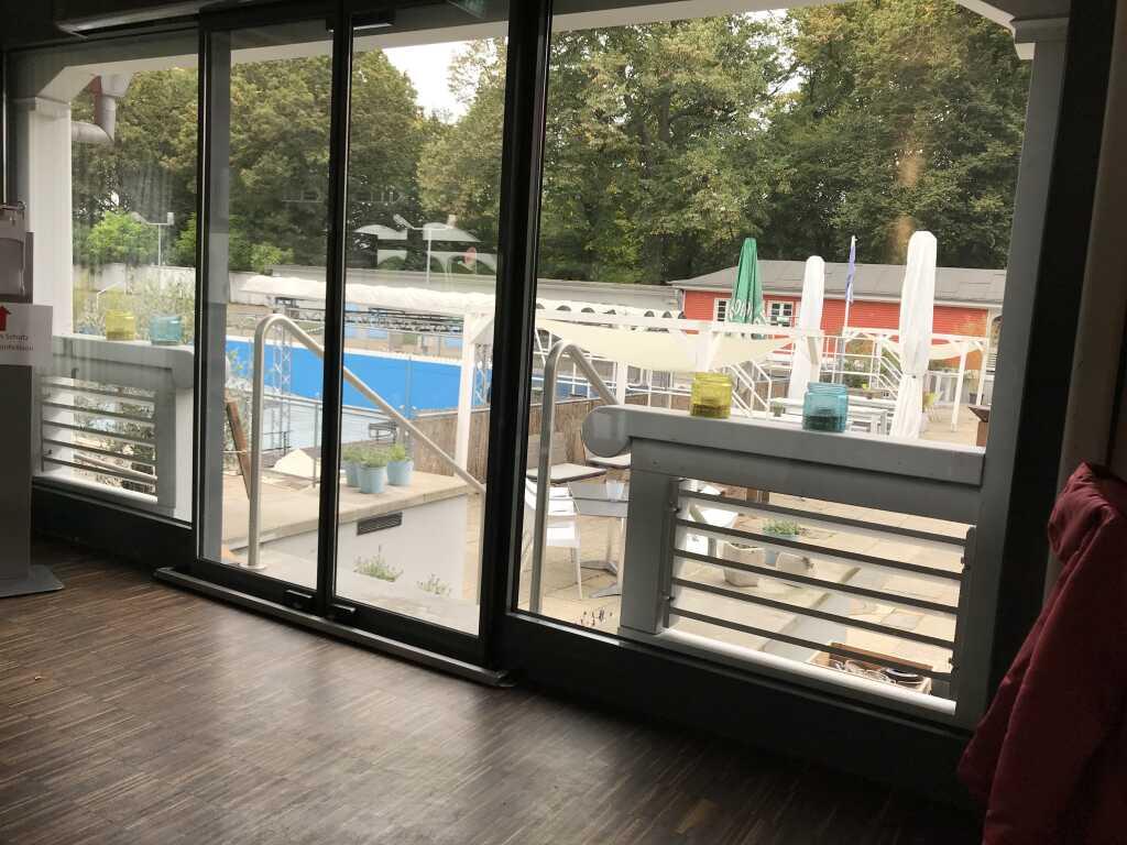 Blick vom Restaurantbereich in das denkmalgeschützte Freibad (wird als Eventräumlichkeit genutzt)