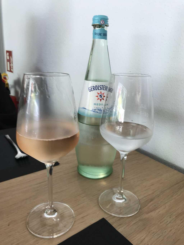 Getränke Cremant und Mineralwasser