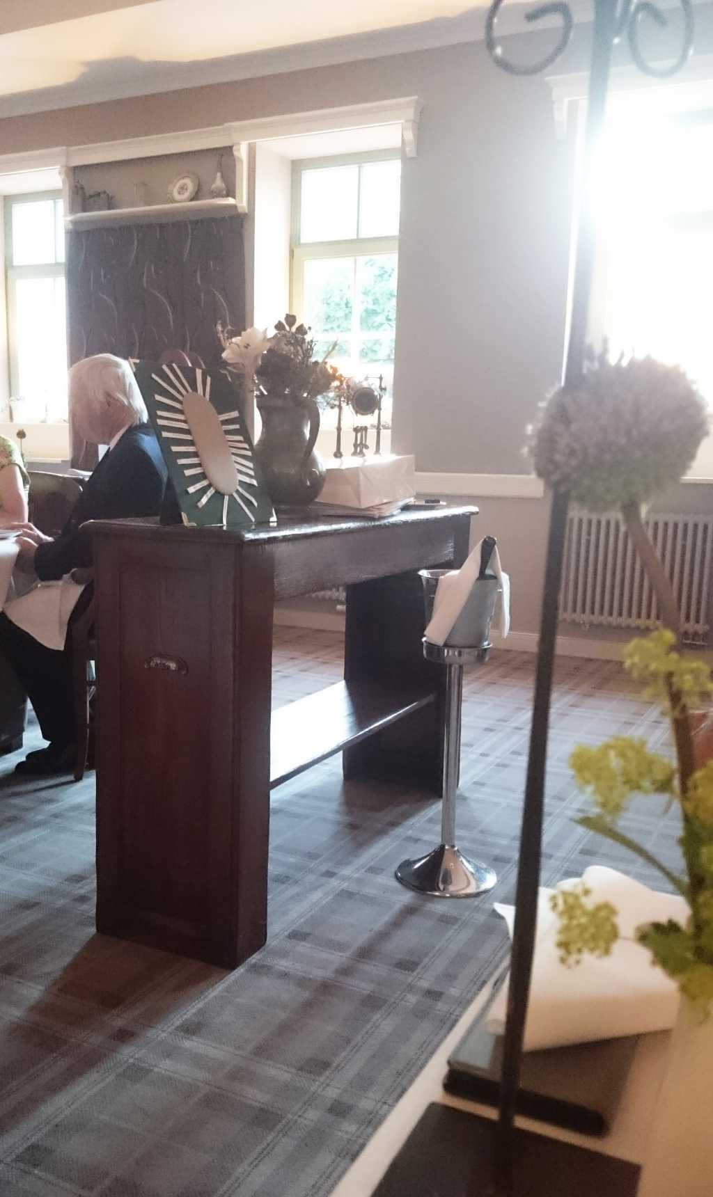 Tischordnung anderer Gäste und unser ferner Wein