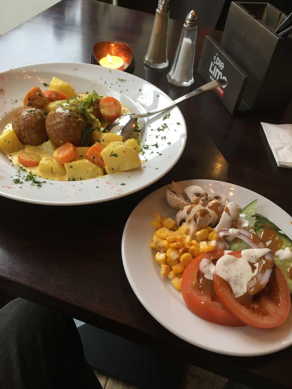 """""""Hirsefladen mit Schafskäse gefüllt, auf Julienne-Gemüse-Creme"""" mit Beilagensalat."""