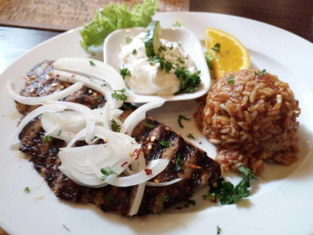 Bifteki mit Reis und Tzatziki