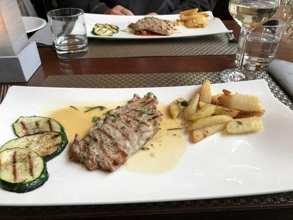 auch Hauptspeise: Schweinemedaillons mit einer Weißwein-Rosmarin-Soße