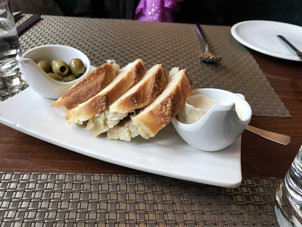 Vorab: frisch gebackenes Brot mit Dip und Oliven