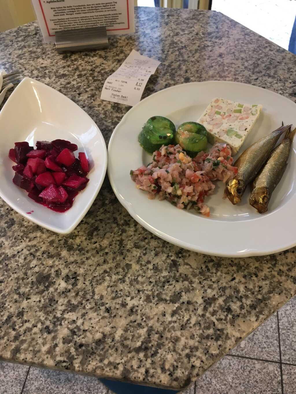 V.r.n.l.: Kieler Sprotten; Shrimpsterrine; Matjestatar; Lachs-Wakame-Pralinen; rote-Bete-Apfel-Salat.