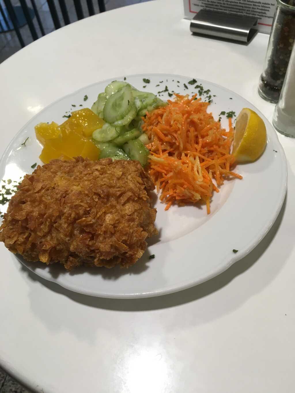 Seelachsfilet in Knusperpanade mit eingelegtem Kürbis, Gurken-Dill- und Möhren-Sellerie-Salat.