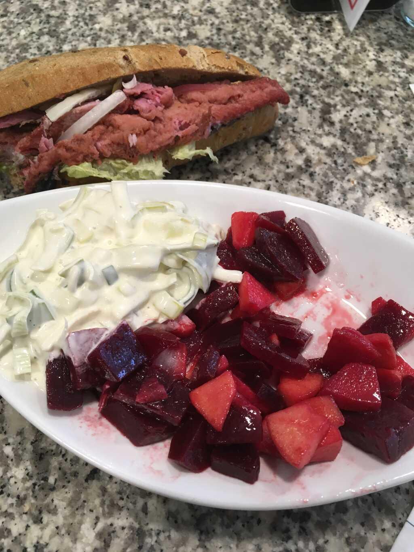Bratherings-Brötchen mit etwas Lauch-Ananas-Salat und rote-Bete-Apfel-Salat.