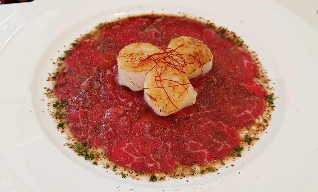 Jakobsmuschelfleisch vom Grill auf Carpaccio vom Rinderfilet