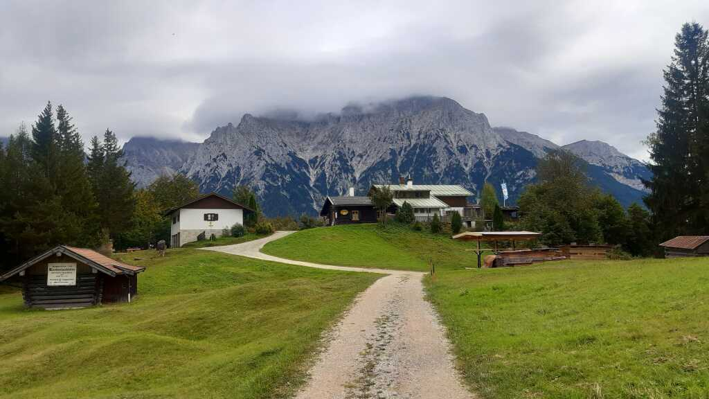 Eine Berghütte wie aus einem Heimatfilm