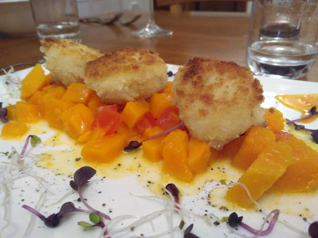 Sonderzug nach Panko: gebratene Jakobsmuscheln auf Kürbissalat