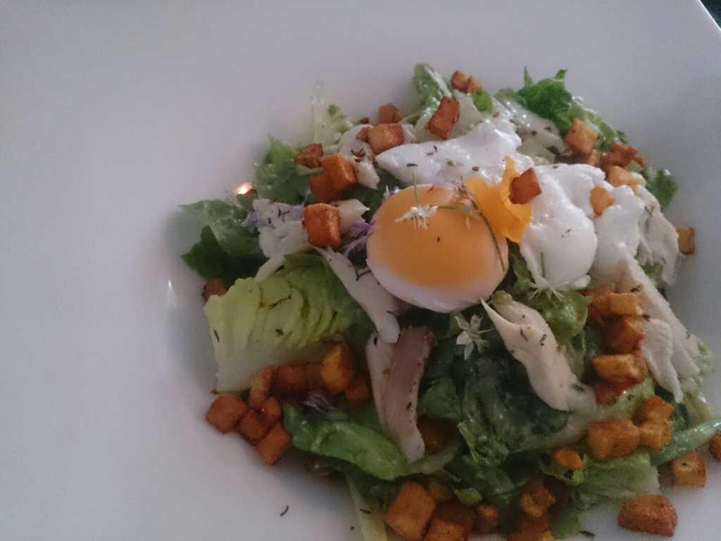 Nizza Salat mit gegarter Forelle
