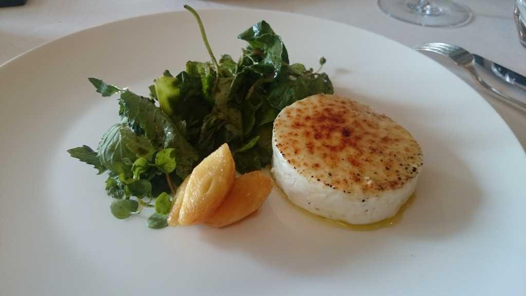 Gratinierter Ziegenfrischkäse mit Wildkräuter-Salat