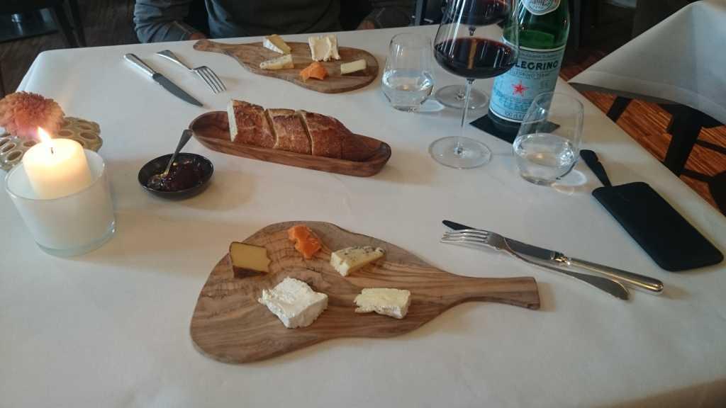 lecker Käse, wurden am Tisch vorgestellt