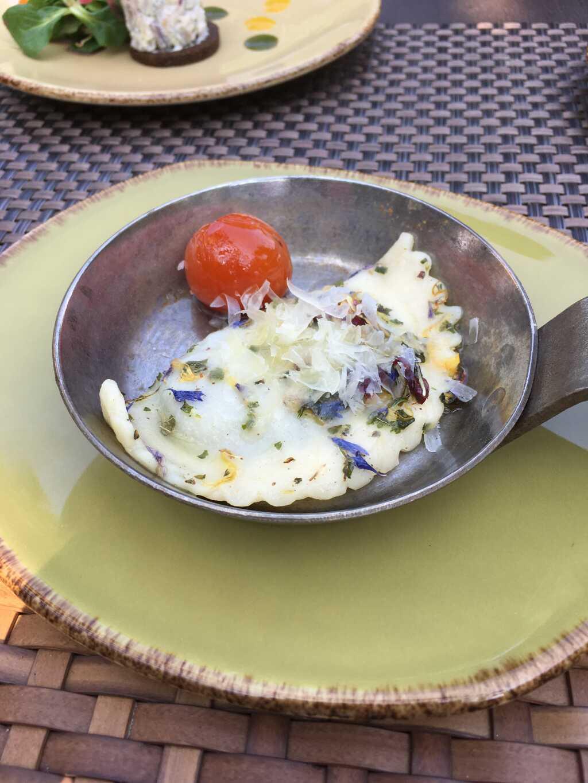 Schlutzkrapfen mit Spinatfüllung in Kamptaler Blütenbutter mit geschmolzenen Tomaten und Ziegenkäse