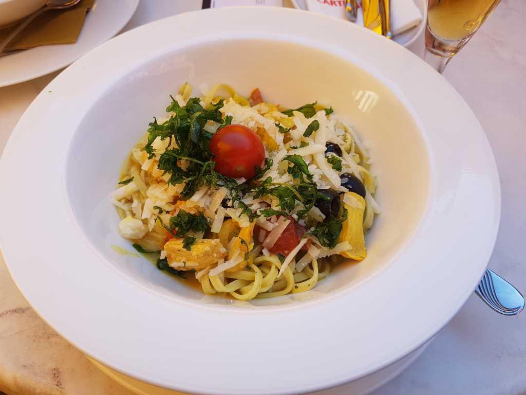 Tagliarini mit marinierten Putenstreifen, getrockneten Tomaten, Oliven, Lauch, und Paprika mit Curry verfeinert und dazu geriebenen Käse für je 11,20 €