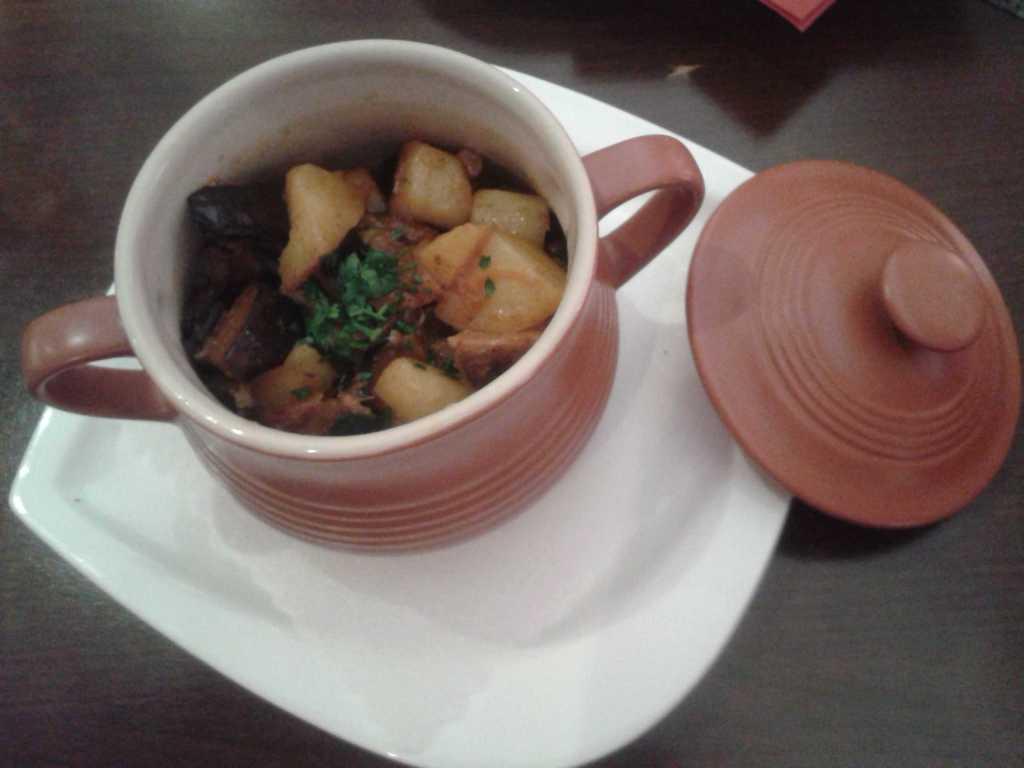 Zharkoe (traditionell zubereitetes Schweinefleisch mit Gemüse, serviert im Tontopf)