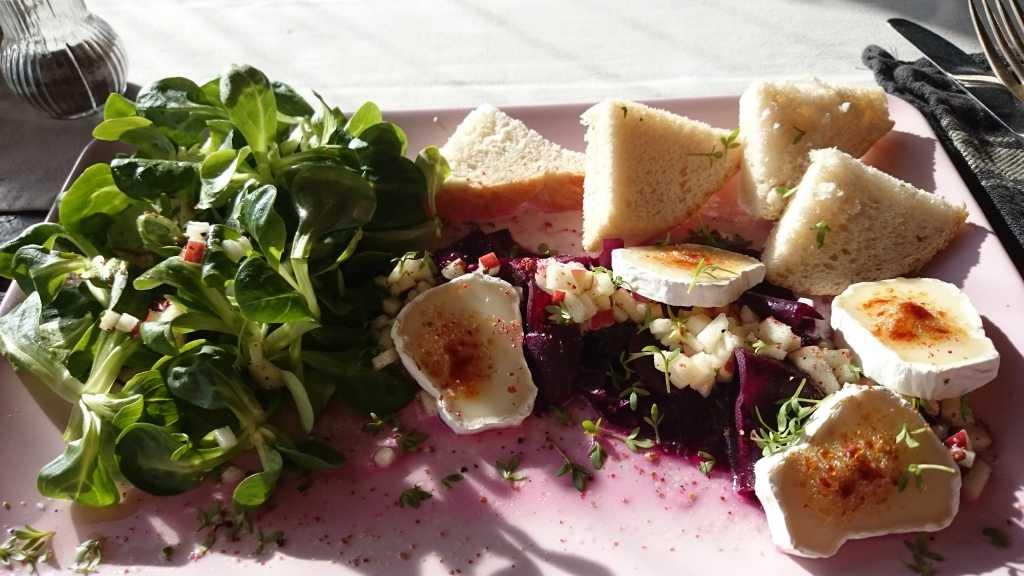 Fermentierte Rote Beete in Apfeldressing, Feldsalat und karamellisiertem Ziegenkäse und Brot