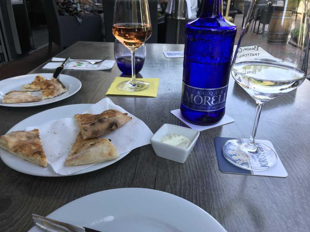 Foccacia, Dip und Getränke