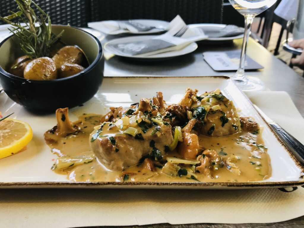 Filetto di Maiale mit frischen Pfifferlingen, Rahmsoße und als Beilage Rosmarinkartoffeln