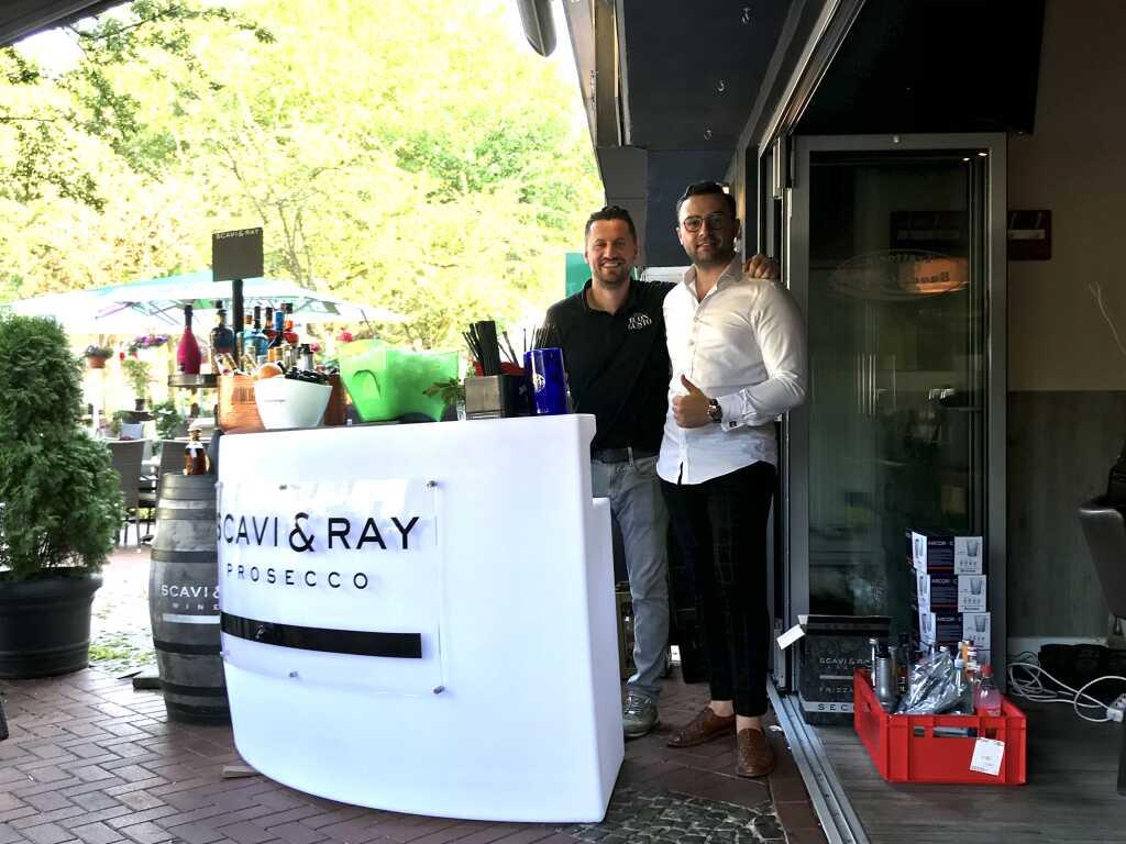Die eigens für dieses Wochenende aufgebaute Cocktailbar (links der Inhaber)