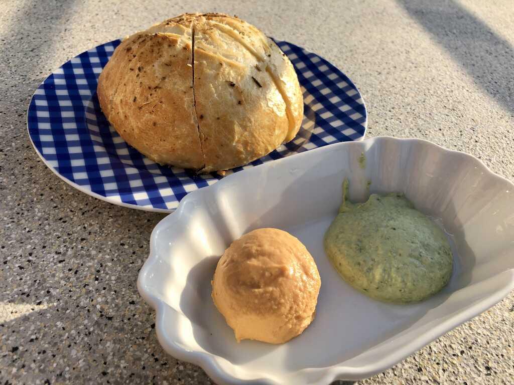 Brot und zweierlei Dips