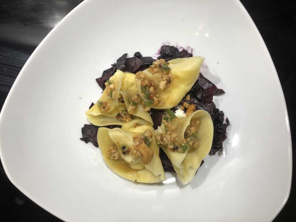 Ricotta-Tortelli / Cashewkern-Salsa / geschmorter Radicchio Trevisiano mit Heidelbeeren