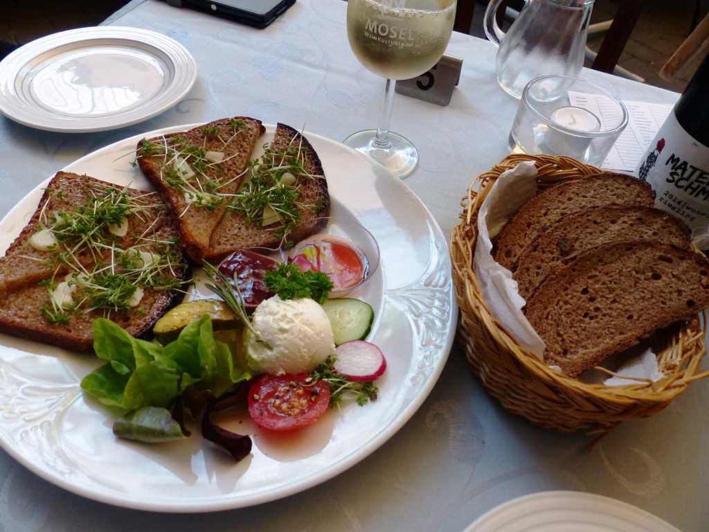 Knoblauchbrot, Ziegenfrischkäse, Weingelee, Weinbergs-Pfirsisch-Chutney