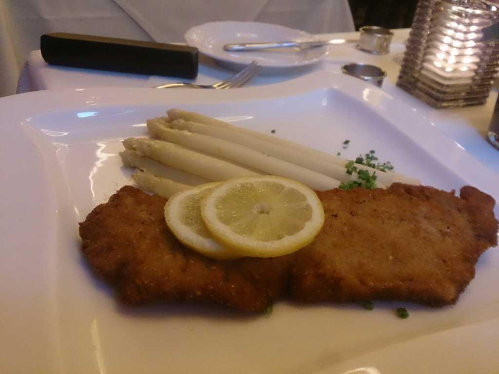 Stangenspargel mit Wiener Schnitzel