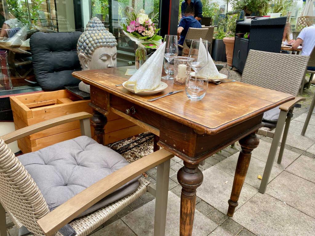 Tisch auf der Terrasse