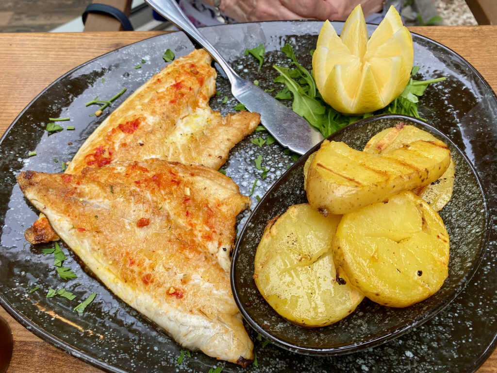 Filete Loup de Mer con espinacas y patatas a la parilla